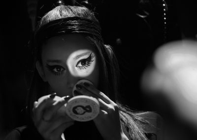 凝眸(一个模特在化妆间化妆,在她凝眸的一瞬间,化妆盒内的小镜子的反光映在脸上,仿佛在无声地诉说着什么 。) / yong ouyang 欧阳勇 / China